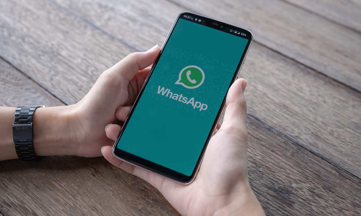 Konwersacje przez Skype i WhatsApp